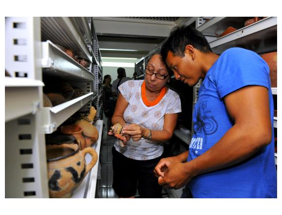 Pesquisadores Kalapalo identificando peças no acervo de cultura material do Museu do Índio/FUNAI, no Rio de Janeiro